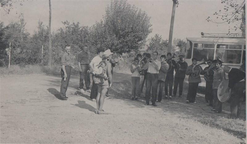 Посрещането в Разград на 5 октомври 1968 г. - първият му поход в чест на родния му град. Посреща го Васил Джамбазов с духовата музика.